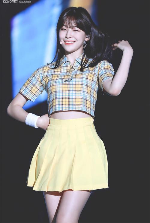 Nữ idol tuổi teen thích lối diện đồ kiểu nữ sinh, vừa năng động lại vừa giúp cô nàng khoe chân thon hiệu quả.