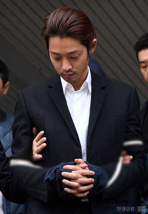 Sáng 29/3, Jung Joon Youngbị áp giải từ phòng giam ở Sở cảnh sát Jongno đến Văn phòng công tố Seoul.