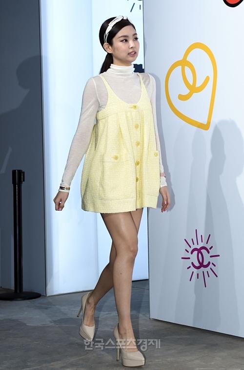 Tối 28/3, Chanel khai trương một cửa hàngthời trang ở Seoul. Sự kiện quy tụ nhiều tên tuổi trong làng giải trí Hàn Quốc, trong đó Jennie gây chú ý khi xuất hiện với tư cách gương mặt đại diện của thương hiệu.