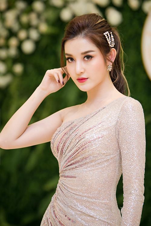 Đắt show quảng cáo, làm đại sứ nhiều thương hiệu giúp Huyền My có thu nhập cao. Cuối năm 2018, cô chuyển về căn hộ chung cư cao cấp mới tậu ở trung tâm Hà Nội rộng hơn 100 m2.