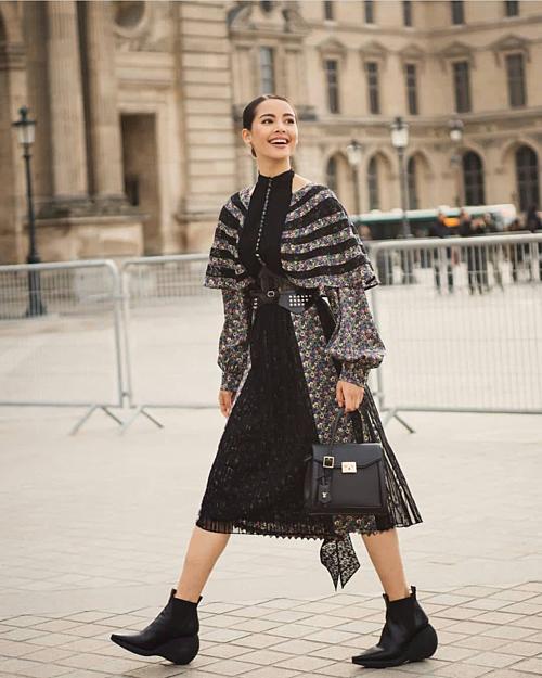 Thiên thần lai này thường xuyên nhận lời mời tham dự và trình diễn các show thời trang quốc tế. Điển hình, trong Louis Vuitton Resort 2018 tại Kyoto, Nhật Bản, Yaya được ngồi hàng ghế đầu tiên bên cạnh các nghệ sĩ quốc tế. Vinh dự nhất là vào năm 2018, Yaya vinh dự là nghệ sĩ Thái Lan duy nhất góp mặt trong danh sách 500 người quyền lực nhất của làng thời trang thế giới do tạp chí Business of Fashion bình chọn.