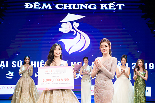 Cô trao giải cho thí sinh hùng biện ấn tượng nhất cuộc thi.
