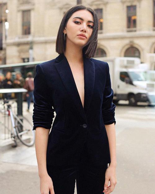 Ở tuổi 25, bên cạnh việc sở hữu gia tài nhiều người mơ ước, 8 triệu USD, cùng ít nhất 3 siêu xe thuộc thương hiệu Mercedes, Roll Royce, Mai Davika cũng đang là một trong những ngôi sao Thái Lan thường xuyên góp mặt tại các tuần lễ thời trang quốc tế.