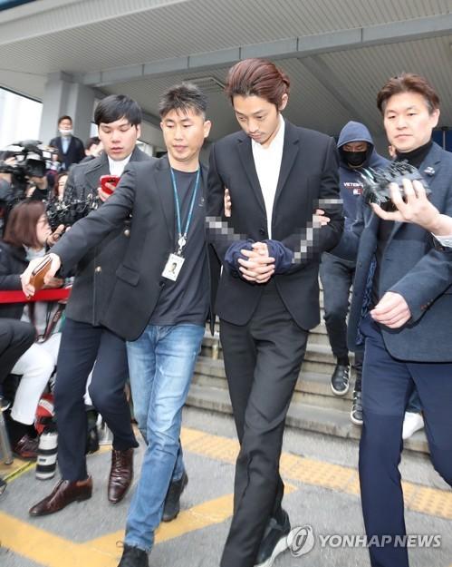 Các phóng viên tập trung rất đông trước Sở cảnh sát. Jung Joon Young giữ im lặng, từ chối mọi câu hỏi của báo chí.