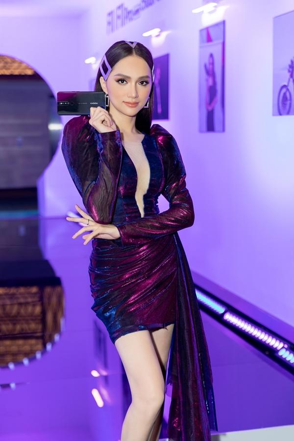 <p> Hương Giang đẹp hút mắt với váy xẻ ngực sâu xuyên thấu, thiết kế phá cách với phần đuôi dài bên hông.</p>