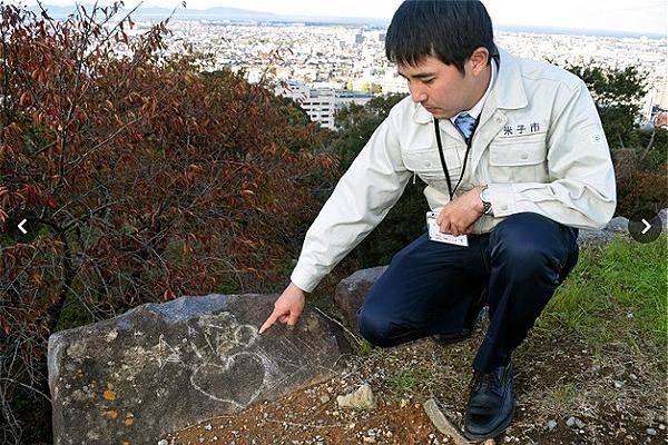 Các hãng truyền thông của Nhật đưa bức ảnh chụp dòng chữ phá hoại ở khu di tích thành cổ.