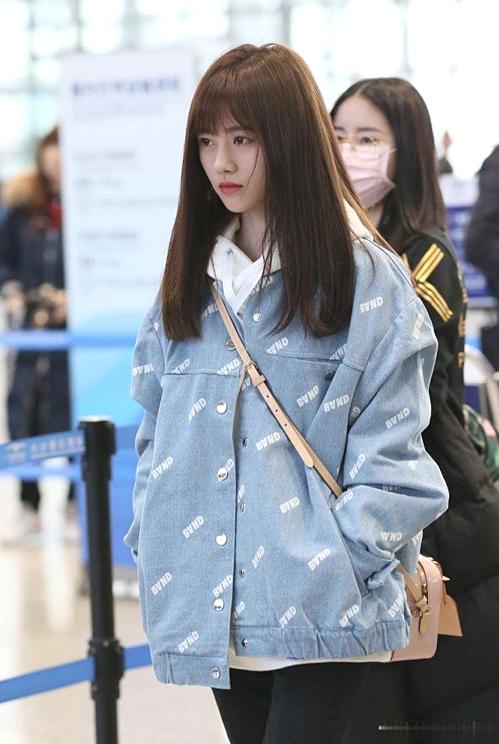 Cúc Tịnh Y (trái) thường xuyên diện áo khoác denim ra ngoài. Cô nàng kết hợp áo nỉ có mũ hoặc áo phông đơn giản trẻ trung.
