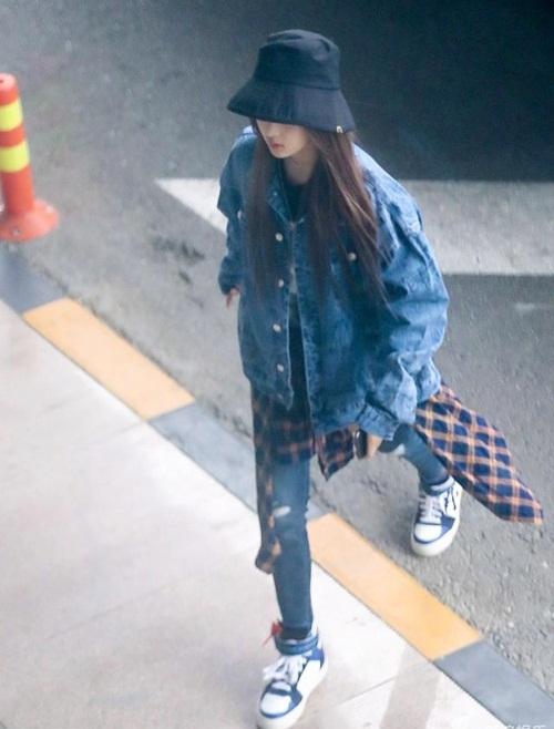 Dương Siêu Việt cũng mê kiểu áo rộng rãi, cá tính này khi ra sân bay.