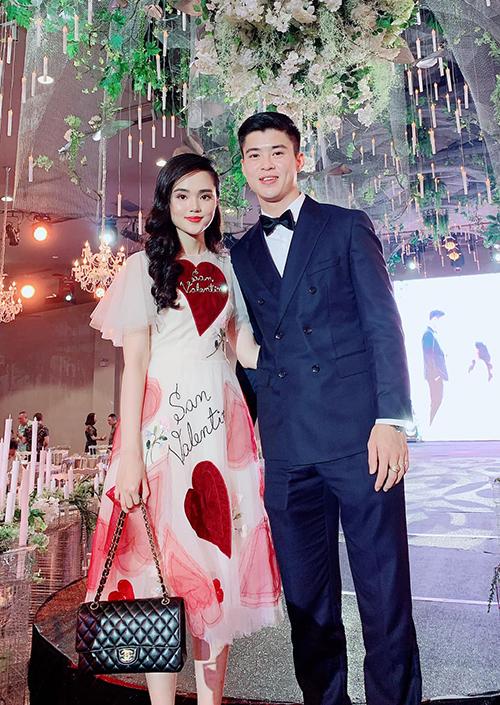 Quỳnh Anh - Duy Mạnh xúng xính đi ăn cưới.