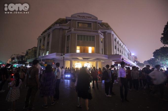 <p> Khu vực phố Tràng Tiền - điểm tụ tập của nhiều bạn trẻ dịp cuối tuần không khí khác hẳn những ngày thường.</p>