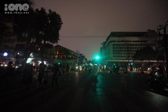 <p> Khắp các nẻo đường, con phố nhỏ chỉ còn ánh đèn le lói.</p>