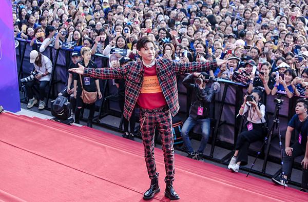 Thảm đỏ sự kiện và sân khấu chính còn có sự xuất hiện của dàn nam thần Vpop. S.T Sơn Thạch giữa vòng vây khán giả.