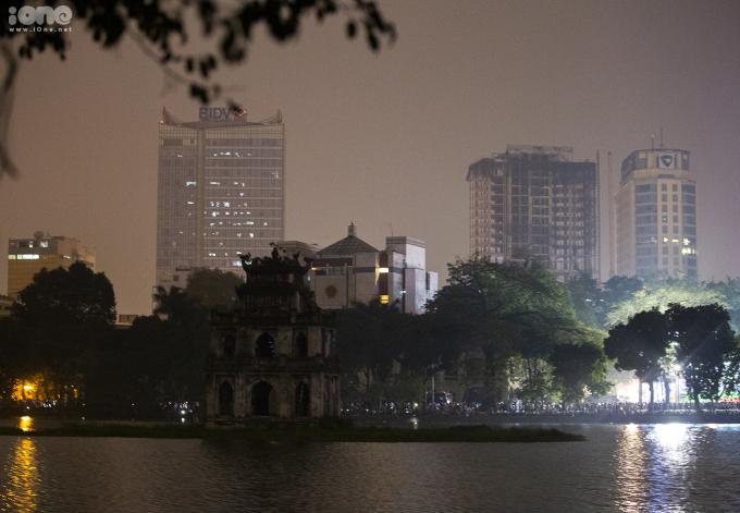<p> Tháp Rùa im lìm trong bóng tối.</p>
