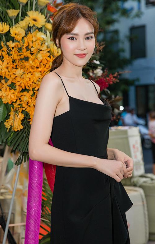 Lan Ngọc xuất hiện xinh đẹp, gợi cảm với đầm hai dây khoe vai trần. Sau khi bỏ túi bộ phim trăm tỉ đầu tay - Cua lại vợ bầu, nữ diễn viên đang được chờ đón tại show thực tế Running Man phiên bản Việt có tên gọi Chạy đi chờ chi.