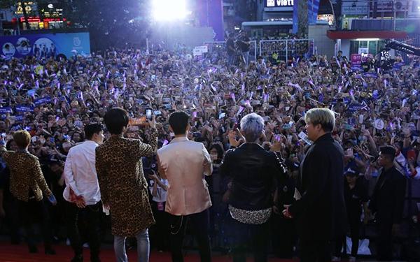 Các thành viên SuJu nhiệt tình dùng điện thoại để ghi lại khoảnh khắc đẹp cùng fan.
