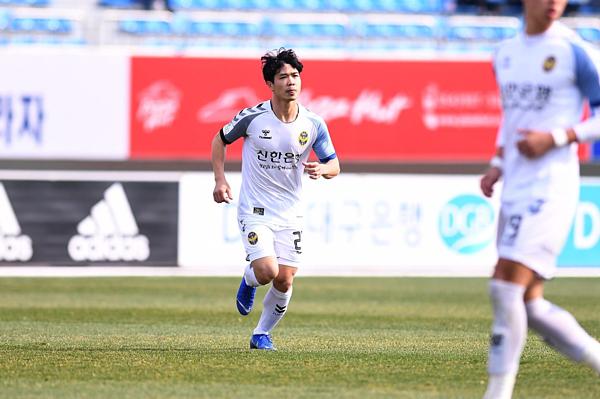 Công Phượng thi đấu trong màu áo Incheon United tại giải K-League.