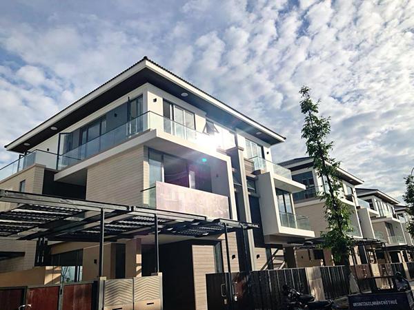 Căn biệt thự ven hồ rộng 315 m2,thuộc huyện Nhà Bè được Cao Thái Sơn hoàn thiện vào tháng 8/2018 sau ba tháng thi công. Đối diện căn nhà là một hồ nước lớn, cảnh quan tự nhiên rộng hơn 5 ha. Cao Thái Sơn chia sẻ, căn biệt thự chính là mónquà anh dànhcho mẹ an dưỡng tuổi già.