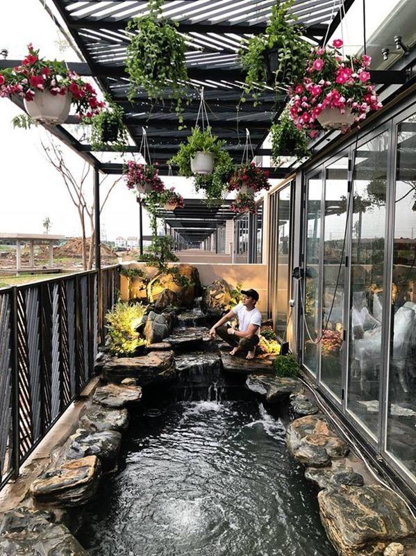 Xung quanh căn nhà, Cao Thái Sơn trồng nhiều cây xanh. Hồ cá Koi là nơi nam ca sĩ tốn nhiều thời gian thiết kế.