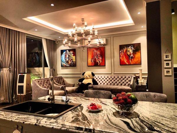 Căn nhà ven hồ của Cao Thái Sơn có nội thất sang trọng, tiện nghi. Anh cho biết, mọi chi tiết trong căn biệt thự đều do chính tay mình lựa chọn tỉ mỉ từ màu gạch đá, đèn trang trí đến ga trải giường.