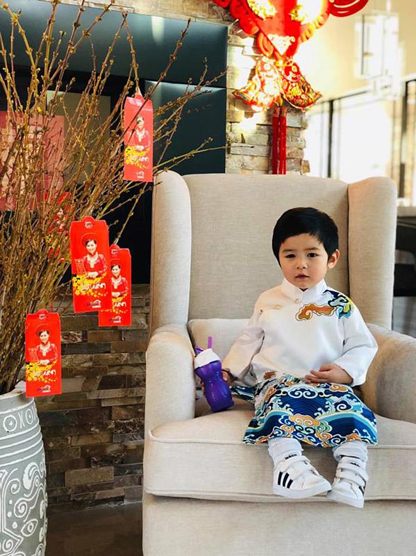 Chưa đầy hai tuổi nhưng Thiên Từ được bố mẹ sắm sửa nhiều món hàng hiệu chất như nước cất. Trong hình, cậu bé kết hợp áo dài cách tân cùng đôi giày Adidas Super Star phiên bản nhí có giá hơn 19 triệu đồng.