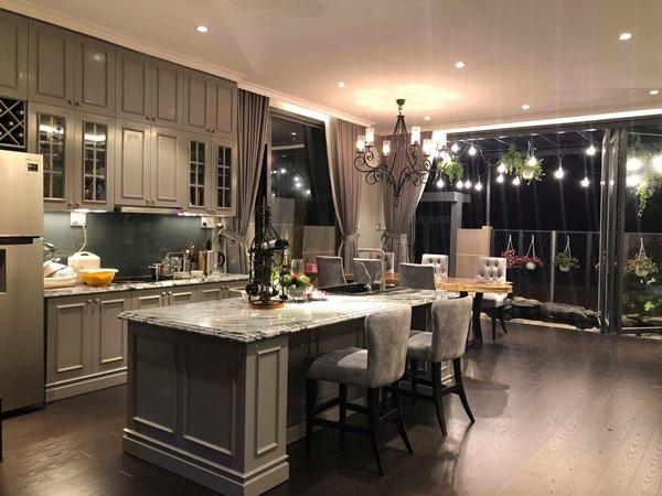 Bàn ăn và không gian bếp được giọng ca Con đường mưa bày trí sang trọng, tiện nghi.