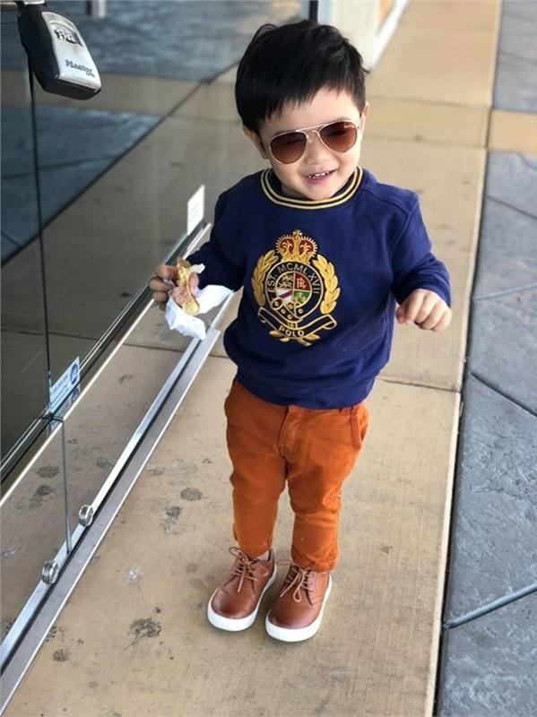 Dễ nhận ra, Thiên Từ được bố mẹ trau chuốt, quan tâm cho vẻ bề ngoài ngay từ khi còn bé. Cậu ấm nhà Đan Trường sở hữu những món đồ hiệu không thua kém bất kỳ fashionista nào.