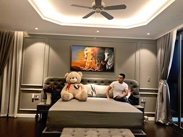 Căn biệt thự với diện tích hơn 315 m2 có đến 5 phòng ngủ. Mỗi phòng ngủ, Cao Thái Sơn trang trí theo một phong cách khác nhau.
