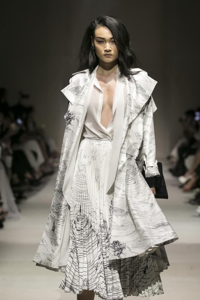 <p> Thùy Trang là người mở màn cho show diễn lần này. Chân dài diện thiết kế váy trắng lấp ló vòng một. Trên nền vải, hình ảnh ruộng bậc thang, rừng núi hoang sơ được phác họa một cách chân thật, sinh động. Với kinh nghiệm chinh chiến quốc tế, cô thể hiện đúng tinh thần thời trang ứng dụng cao cấp mà nhà thiết kế hướng đến.</p>