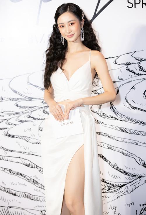 Theo yêu cầu từ nhà thiết kế, tất cả các nghệ sĩ góp mặt đều diện đúng hai sắc đen - trắng, tạo nên điểm nhấn độc đáo cho show diễn. Jun Vũ đổi gió với phong cách sắc sảo.
