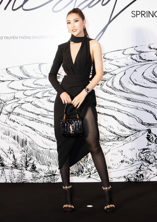 Hoa hậu Tường Linh diện đầm xẻ cao nhưng kết hợp cùng quần tất phía trong.