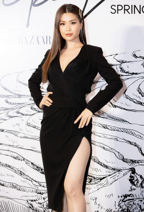 Á hậu Diễm Trang mặc váy khoe chân.