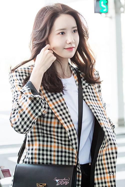 Dù trang điểm nhẹ, Yoon Ah vẫn khiến netizen choáng ngợp bởi vẻ đẹp tươi trẻ. Nhiều người nhận xét, cô nàng trông không khác là bao so với thời mới debut cách đây 10 năm.
