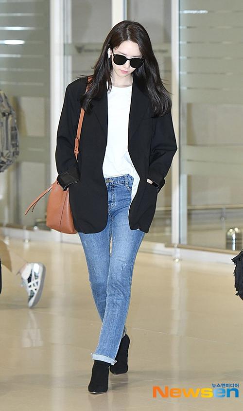 Một số bình luận của netizen: Dù bay chuyến sáng sớm nhưng cô ấy vẫn tươi tắn; Yoon Ah là thần tượng thế hệ hai duy nhất mà tôi thấy có thể đọ sắc với đàn em trẻ trung. Cô ấy trông vẫn như thời mới debut; Vậy là Yoon Ah không dao kéo, tôi có thể nhẹ nhõm rồi;
