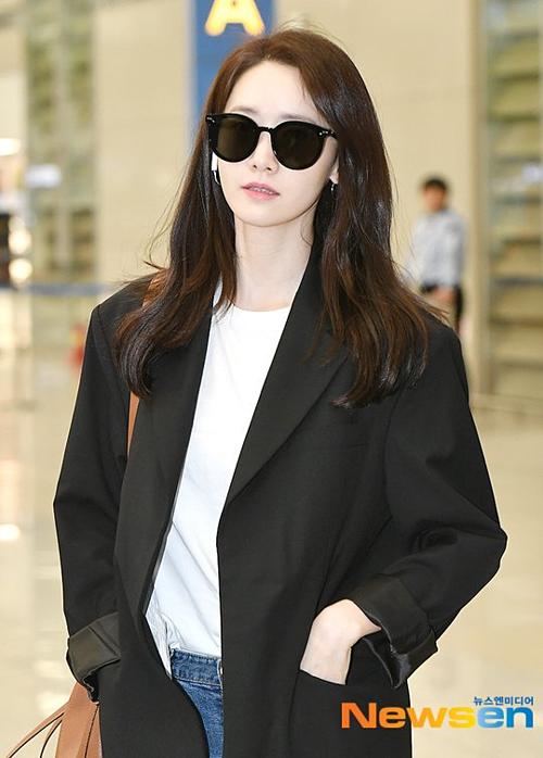 Phong cách thời trang của Yoon Ah vẫn đơn giản, thanh lịch như thường lệ.