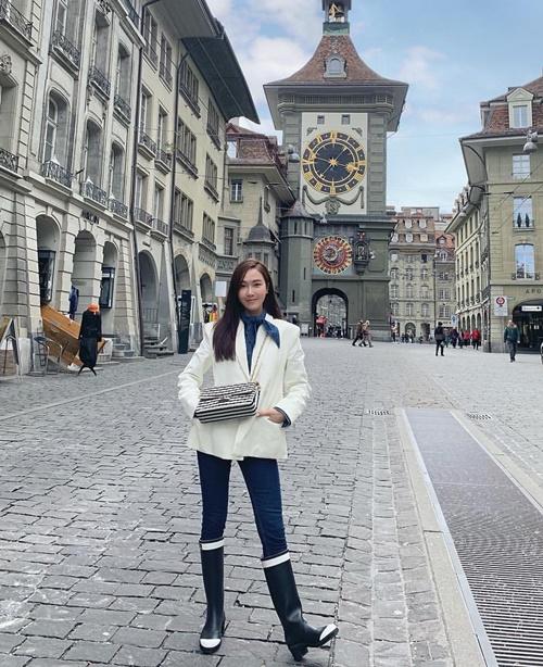 Jessica mặc vest thanh lịch, đi ủng dạo phố.