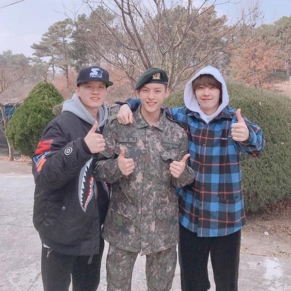 Min Hyuk được các thành viên trong BTOB là Peniel và Il Hoon đến đơn vị nhập ngũ thăm nom.