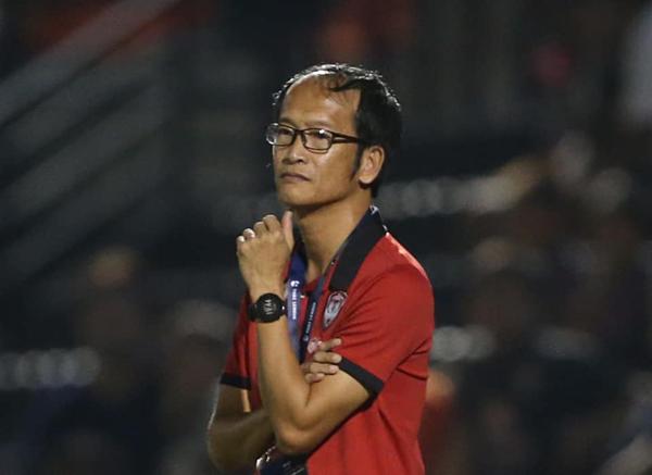 Đội bóng của Văn Lâm thua, HLV Muangthong từ chức
