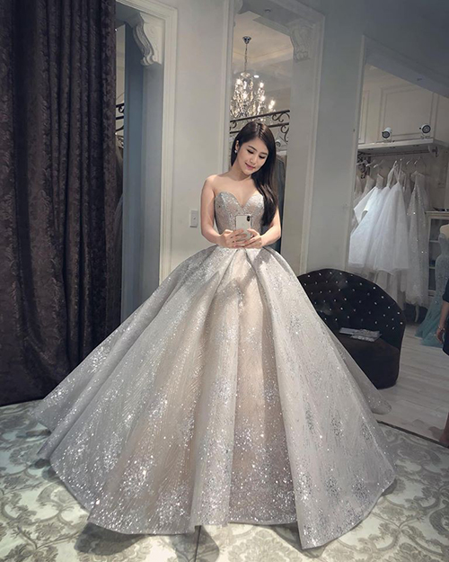 Hương Tràm gây xôn xao khi mặc váy cưới.
