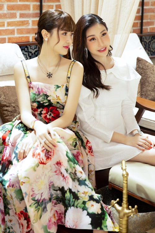 Hoa hậu Lam Cúc (phải) và Nữ hoàng sắc đẹp Ngọc Duyên.