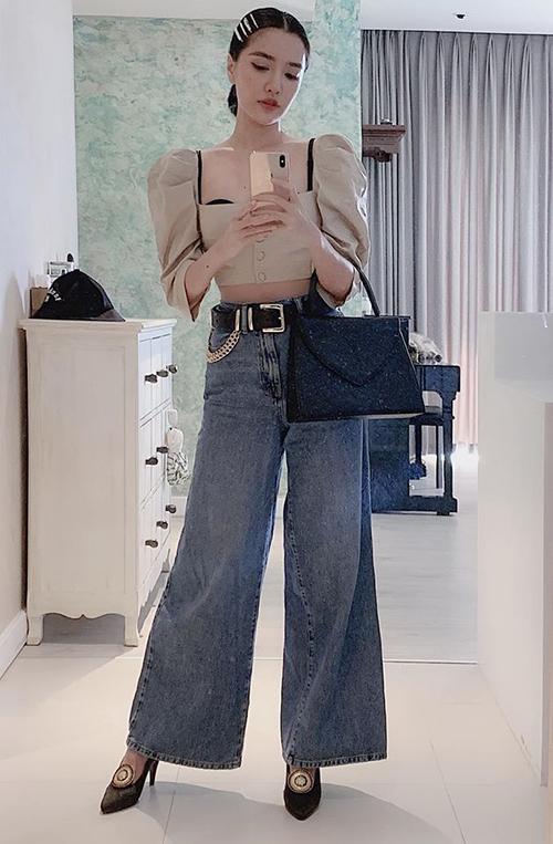 Từ khi giảm cân, cắt tóc ngắn, Bích Phương chuyển sang lối ăn mặc cá tính, gợi cảm hơn. Nữ ca sĩ không ngại khoác lên mình những trang phục khoe chân hay tôn vòng một.