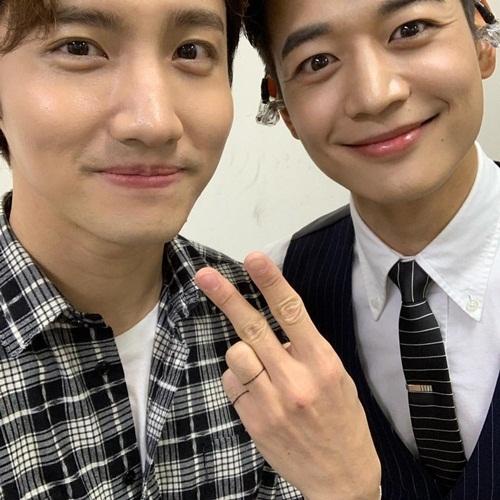 Bộ đôi mỹ nam của SM - Chang Min và Min Ho - đọ vẻ tươi tắn trong ảnh chụp chung.
