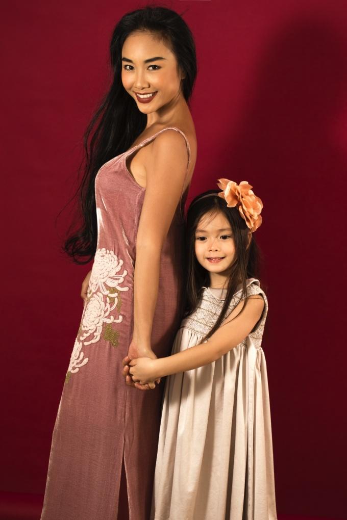 """<p> Bé Sol nhà Đoan Trang vừa đón sinh nhật 5 tuổi. Đây là """"tài sản"""", niềm tự hào lớn nhất của nữ ca sĩ và người chồng Tây. Gia đình cô đang sống hạnh phúc tại Việt Nam.</p>"""