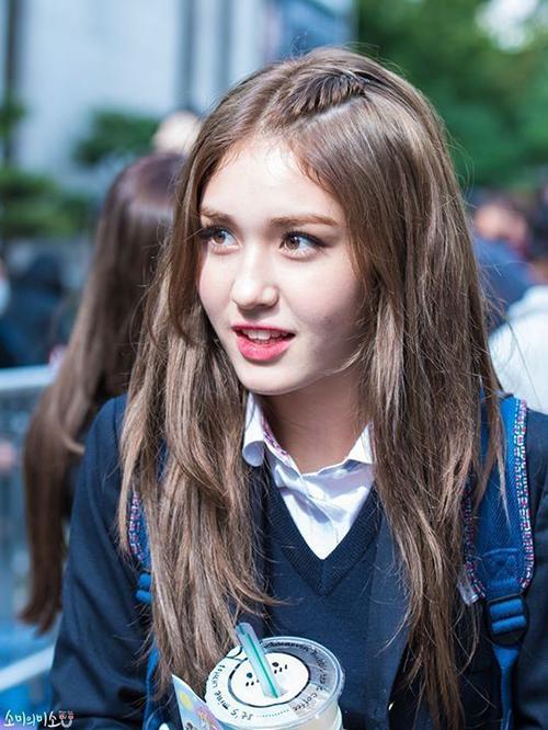 Khi mặc đồng phục, Somi khiến khán giả liên tưởng đến những nữ sinh trong phim Hollywood. Tuy nhiên, vì khuôn mặt quá Tây, cô nàng từng bị bạn bè bắt nạt ở trường. Nữ idol từng muốn phẫu thuật thẩm mỹ để có khuôn mặt giống người Hàn hơn.