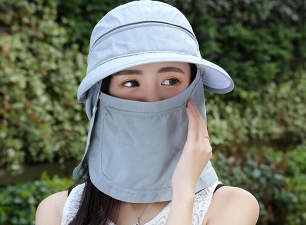 Kiểu mũ chống nắng kèm khẩu trang có xuất xứ từ Nhật dù giá thành không rẻ nhưng vẫn được nhiều người tìm mua.