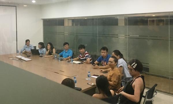 Người dân tham gia cuộc họp với BQL chung cư tối 2/4.
