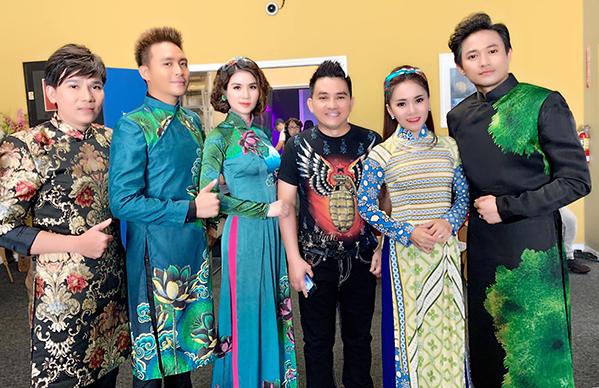 Anh Vũ tươi cười bên các đồng nghiệp trong chuyến lưu diễn cuối cùng.
