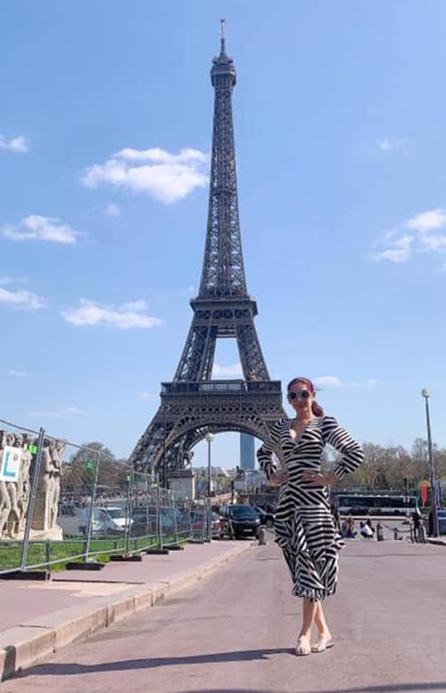 Lâm Khánh Chi check-in bên tháp Eiffel.