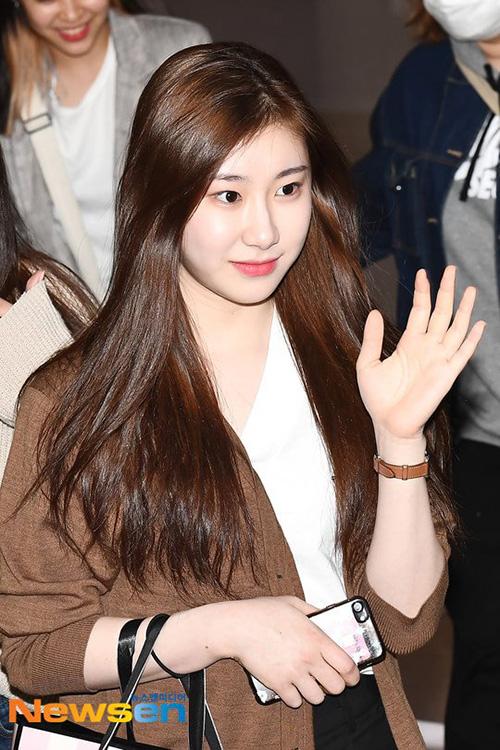 dài.  Làn da trắng sáng, căng min của Chae Ryeong cũng khiến người hâm mộ chú ý. Thành viên ITZY hợp với các trang điểm nhẹ nhàng hơn.