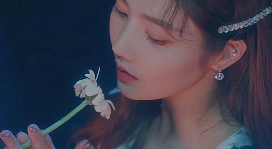 Trưởng nhóm Kwon Eun Bi từng gây tranh cãi vì nghi án phẫu thuật thẩm mỹ. Tuy nhiên fan thừa nhận hiện tại cô vẫn là một trong những thành viên hút camera nhất nhóm.