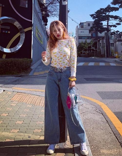 Hyun Ah diện quần jeans ống rộng che cặp chân gầy. Nữ ca sĩ liên tục cập nhật street style sành điệu trên trang cá nhân.